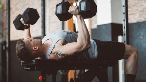 Hartes Hantel-Training: Mit diesen Übungen maximiert ihr eure Brustmuskeln