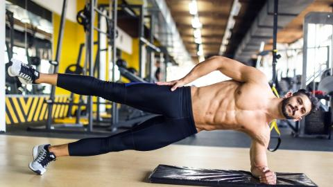 Nur mit dem eigenen Gewicht: So trainiert ihr eure seitlichen Bauchmuskeln