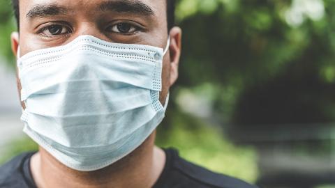 Schutzmasken im Alltag: So legt ihr den Gesichtsschutz am besten an