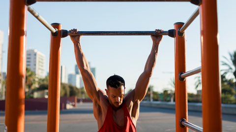 Eine Übung, drei Varianten: Mit Klimmzügen zum Traum-Oberkörper