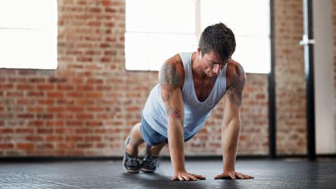 Ohne Gewicht und ohne Gerät: Die Catwalk-Übung bringt euch ins Schwitzen