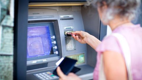 Betrugsmasche: Darauf solltet ihr beim Geldabheben achten!