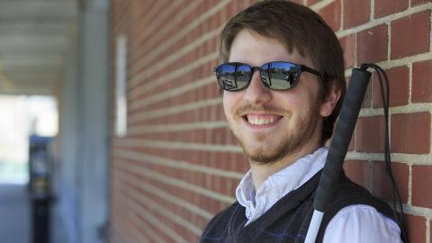 Sehbehinderter Mann sieht seine Freundin zum ersten Mal: Seine erste Reaktion schockiert alle