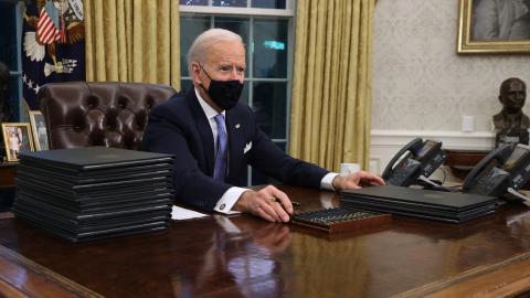 Erste Amtshandlung: Joe Biden entfernt Donald Trumps Lieblingsspielzeug aus dem Oval Office