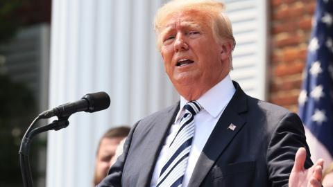 """Korruptes Zensurregime"": Donald Trump klagt Twitter und Co. an"
