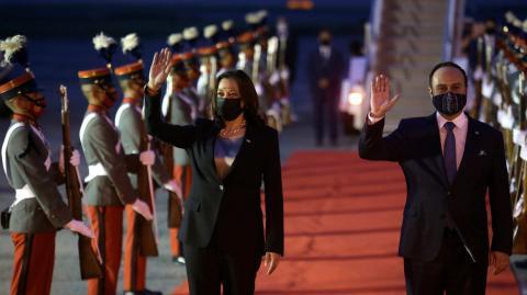 """""""Haben ein Gebet gesprochen"""": Seltsame Geräusche sorgen für Panik an Bord von Kamala Harris' Flugzeug"""