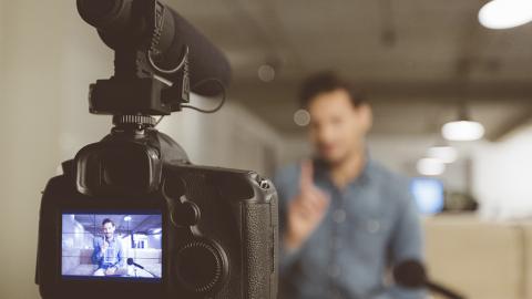 Trotz Vorwurf von Rassismus und Antisemitismus: Dieser YouTuber hat als erster 100 Millionen Fans