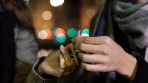 Zigaretten von Fremden rauchen: Diesen gesundheitlichen Risiken setzt man sich damit aus
