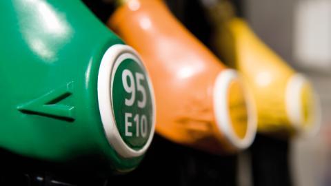 Die Corona-Impfstoffe treiben die Benzinpreise in die Höhe